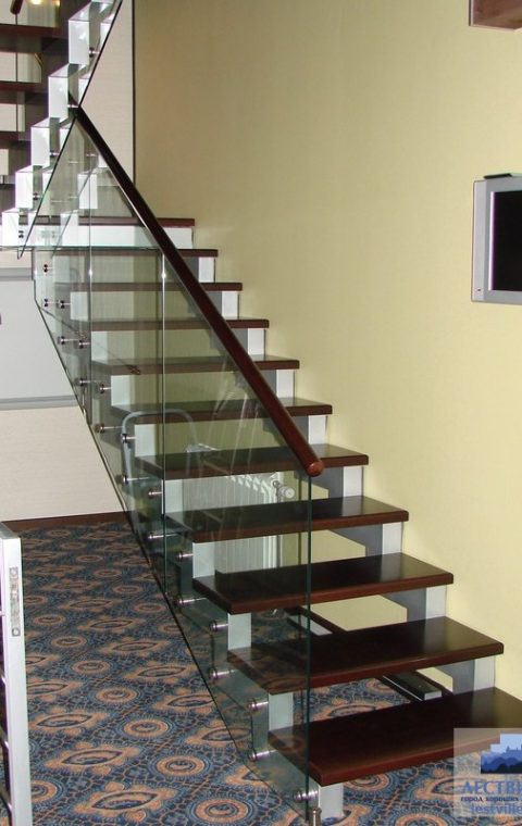 Лестница на ступенчатых косоурах s005