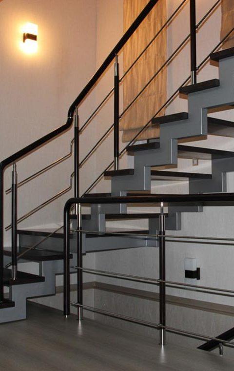 Лестница на ступенчатых косоурах s004