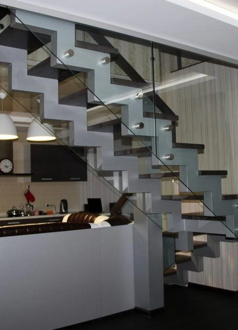 Лестница на ступенчатых косоурах s012