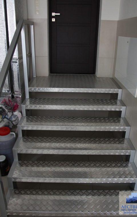 Лестница на ступенчатых косоурах s016
