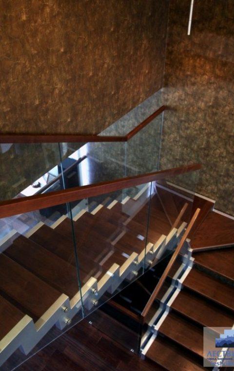 Лестница на ступенчатых косоурах s007