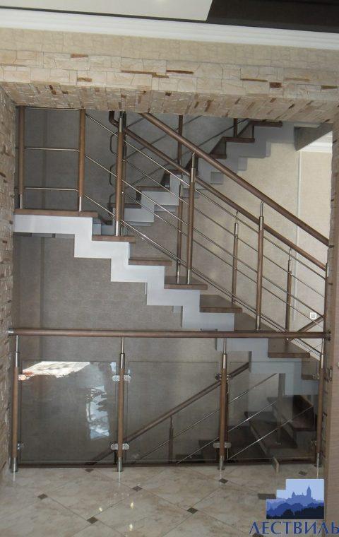 Лестница на ступенчатых косоурах s015
